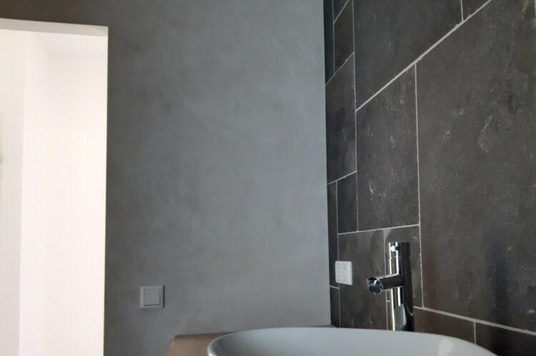 betonlook badkamer wandafwerking